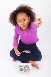 Mały Afrykański Azjatycki dziewczyny łasowania cukierek Obraz Royalty Free
