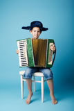 Mały akordeonu gracz na błękitnym tle Obraz Stock