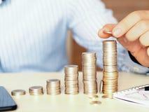 Mały ampuła góruje robić z monetami pieniężny koncept fotografii seansu wzrost zdjęcie stock