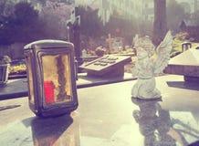 Mały anioł i blask świecy na grób zdjęcia stock