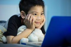 Mały Azjatycki dziecko Używa laptop W Domu Obrazy Stock