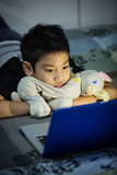 Mały Azjatycki dziecko Używa laptop W Domu Zdjęcia Royalty Free