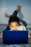 Mały Azjatycki dziecko Używa laptop W Domu Obraz Stock