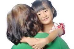 mały azjatykci dziecko ono uśmiecha się w starszej kobiety ręce zdjęcia royalty free