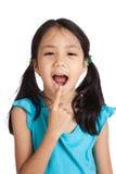 Mały azjatykci dziewczyna punkt jej usta zdjęcia stock
