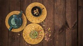 Mały błękitny teapot, kubek herbata, i suszymy ziołowej herbaty na drewnianym tle jako depresji wydajny ziołowy hypericum właśnie zdjęcia stock