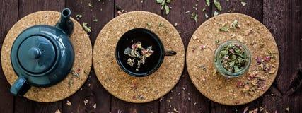 Mały błękitny teapot, kubek herbata, i suszymy ziołowej herbaty na drewnianym tle jako depresji wydajny ziołowy hypericum właśnie fotografia royalty free