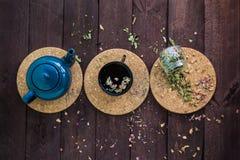 Mały błękitny teapot, kubek herbata, i suszymy ziołowej herbaty na drewnianym tle jako depresji wydajny ziołowy hypericum właśnie fotografia stock
