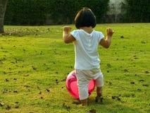 mały balowej dziewczyny grać zdjęcia royalty free