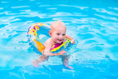 mały basen chłopca opływa Zdjęcia Stock