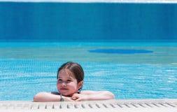 mały basen dziewczyna opływa zdjęcie stock