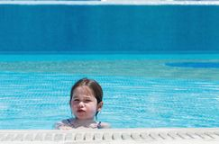mały basen dziewczyna opływa obraz royalty free