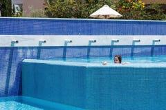 mały basen dziewczyna opływa fotografia stock