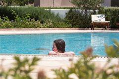 mały basen dziewczyna opływa zdjęcie royalty free