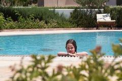 mały basen dziewczyna opływa zdjęcia stock