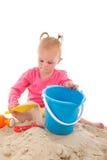 Mały berbeć bawić się w piasku Obraz Royalty Free