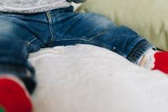 Mały berbeć chłopiec nóg podołek obraz stock