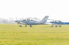 Mały biały błękitny sporta samolot podczas rozpoczęcia Widok runw obrazy royalty free