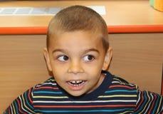 Mały biały chłopiec ono uśmiecha się szczęśliwy obrazy stock