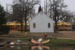 Mały biały kościół przy półmrokiem z jeziorem obraz royalty free
