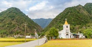 Mały biały kościół w ryżowym polu w Tajwan obrazy stock