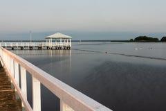 mały biały molo na pięknym jeziorze zdjęcie royalty free