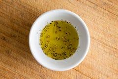 Mały biały puchar z kraszonym dziewiczym oliwa z oliwek zdjęcie stock
