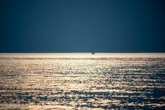 Mały biały statek w morzu Obrazy Royalty Free