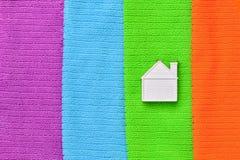 Mały bielu dom kłama na kolorowych ręcznikach Gorizontal fotografia fotografia stock