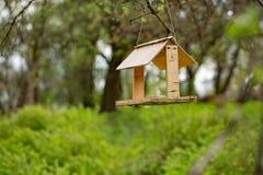 Ma?y Birdhouse w wio?nie z okwitni?? drzewami zdjęcia royalty free