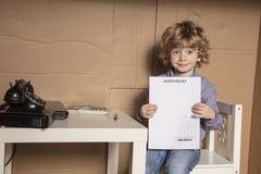 Mały biznesmen trzyma kontrakt dla prac, contentment dalej zdjęcia stock