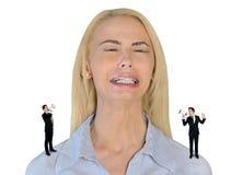 Mały biznesowy mężczyzna krzyczy na zaakcentowanej kobiecie Obrazy Stock