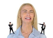 Mały biznesowy mężczyzna krzyczy na zaakcentowanej kobiecie Obraz Royalty Free