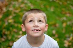 Mały blond chłopiec portret w parku zdjęcie stock