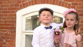 Mały brat z siostrą fotografuje w retro odziewa na starej kamerze przeciw tłu zdjęcie wideo
