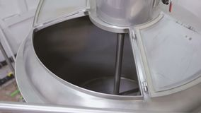 Mały browar Naczynia dla warzyć Pusty metalu zbiornik indoors zbiory wideo