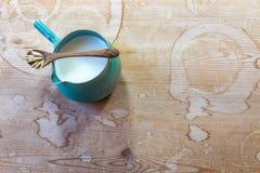 Mały ceramiczny miotacz owsa mleko z drewnianą łyżką i owsami zdjęcia royalty free