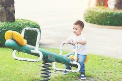 mały chłopiec boisko zdjęcie stock