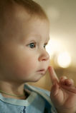 mały chłopiec główkowanie Zdjęcia Royalty Free