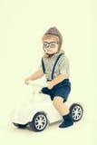 Mały chłopiec kierowca, pilot na bielu lub Fotografia Stock