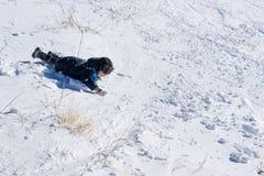 mały chłopiec odgrywa śnieg Zdjęcie Royalty Free