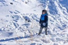 mały chłopiec odgrywa śnieg Fotografia Royalty Free