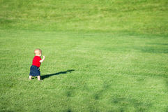 Mały chłopiec odprowadzenie w polu Zdjęcie Royalty Free
