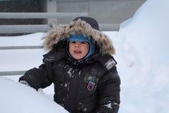 Mały chłopiec odprowadzenie w zimie w śniegu w jardzie zdjęcia royalty free