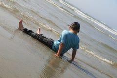 mały chłopiec plażowej grać Zdjęcia Stock
