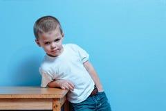 mały chłopiec postawy Zdjęcie Royalty Free