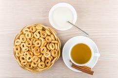 Mały chleb dzwoni w łozinowym koszu, herbata, kije cynamon obraz stock