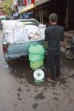 Mały ciężarowy pełny lód na ulicie w Siem Przeprowadza żniwa Fotografia Stock