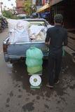 Mały ciężarowy pełny lód na ulicie w Siem Przeprowadza żniwa Zdjęcie Stock