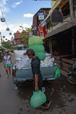 Mały ciężarowy pełny lód na ulicie w Siem Przeprowadza żniwa Obraz Royalty Free